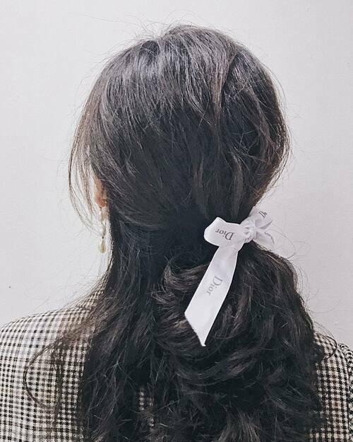 Chỉ cần nhìn sợi ruy băng trên tóc, người ta đã đủ biết bạn là một tín đồ của hàng hiệu.