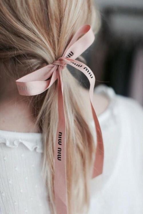 Ruy băng hồng xinh xắn của hãng Miu Miu.