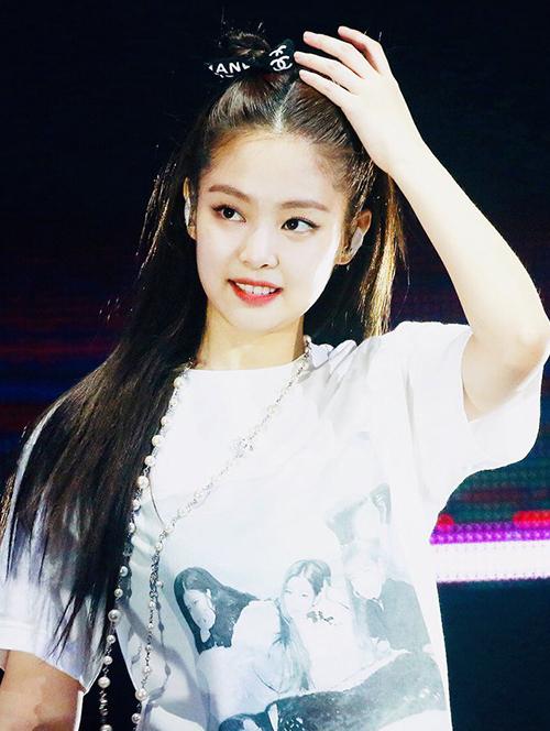 Bằng ruy băng nhiều màu sắc của Chanel, Jennie dễ dàng tạo kiểu sang chảnh cho mái tóc, cả khi ra sân bay và lên sân khấu.