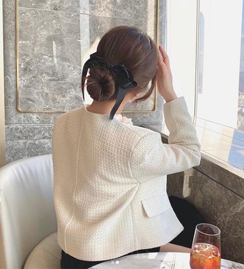Buộc cao, buộc thấp, buộc nửa hay búi tóc là những cách phổ biến để ứng dụng mốt ruy băng xinh yêu.