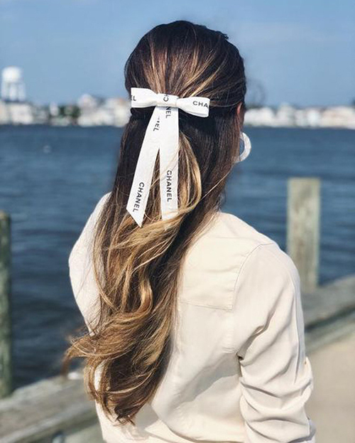 Những đoạn ruy băng nhiều kích thước lớn bé được tín đồ thời trang khắp thế giới ứng dụng thành nhiều style nơ tóc khác nhau.