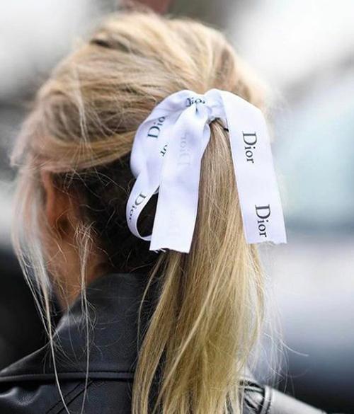 Ngoài Chanel, ruy băng của các hãng như Dior, Miu Miu, Hermes... cũng được các cô gái tái sử dụng theo cách tương tự.