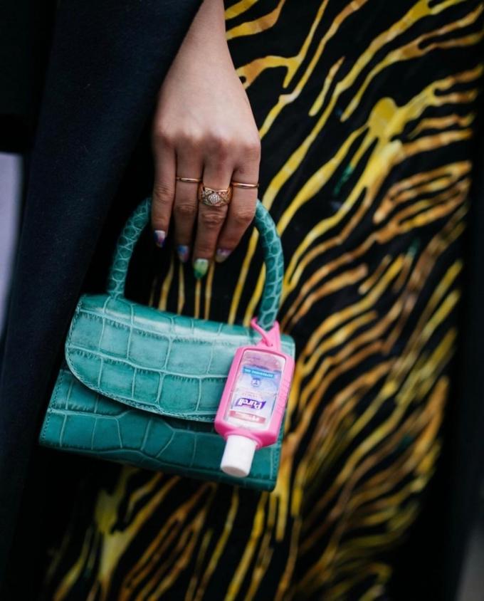 Dù bạn có xách chiếc túi giá nghìn USD, thì chai sát khuẩn tay mới là thứ quan trọng nhất trong mùa dịch.