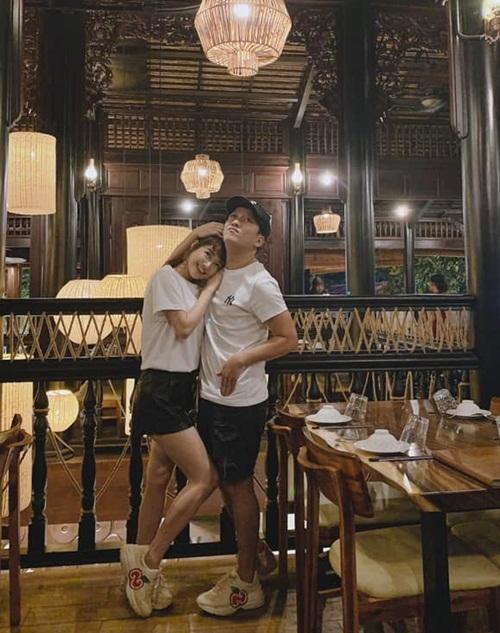 Cặp vợ chồng mặc đồ đôi, trốn con đi chơi Valentine bù hôm 19/2 ở Bà Rịa - Vũng Tàu.