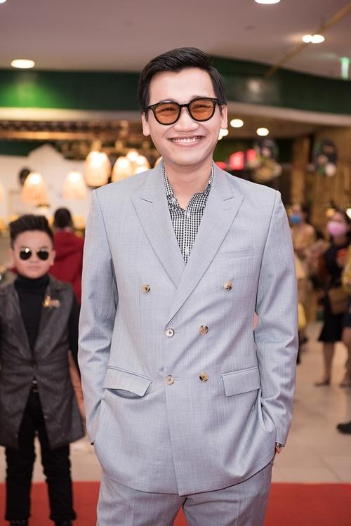 Xuân Nghị bảnh bao đi xem phim. Anh có vai bác sĩ - đồng nghiệp với Kiều Minh Tuấn trong phim.