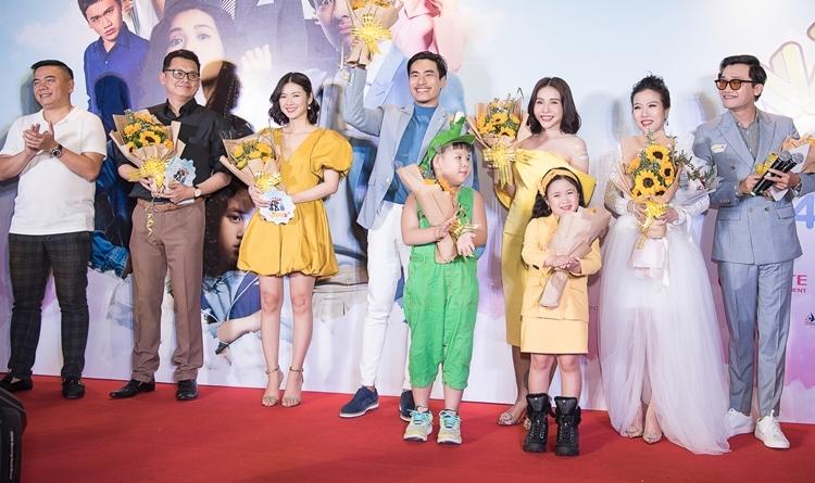 Tối 3/3, phim Nắng 3: Lời hứa của cha ra mắt. Dàn diễn viên chính gồm Kiều Minh Tuấn, Khả Như, bé