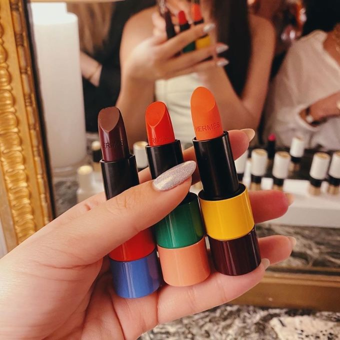 Rouge Hermès có 24 màu, gồm 14 màu với chất son satin và 10 màu với chất son lì.Cả 2 dòng lì và satin đều mang khối lượng son là 3,5g/thỏi.Các cây son mang mùi hương của gỗ đàn hương, cúc arnica và bạch chỉ rất nhẹ nhàng.