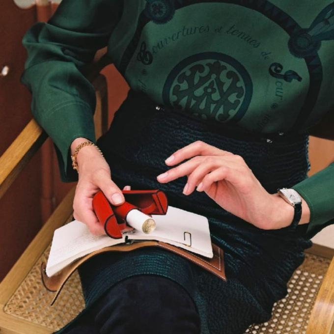 Đi kèm mỗi thỏi son là túi vải đựng và hộp giấy màu cam, giúp tín đồ mua sắm có trải nghiệm không khác gì sắm một chiếc túi Hermes chính hãng. Ngoài ra, fashionista cũng có thể mua bao da đi kèm cho son. Giá của một cây son này là 67 USD (khoảng 1,6 triệu đồng). Đây là mức giá chấp nhận được cho một thỏi son high-end, chỉ nhỉnh hơn son Tom Ford một chút và thấp hơn nhiều so với son Christian Louboutin.