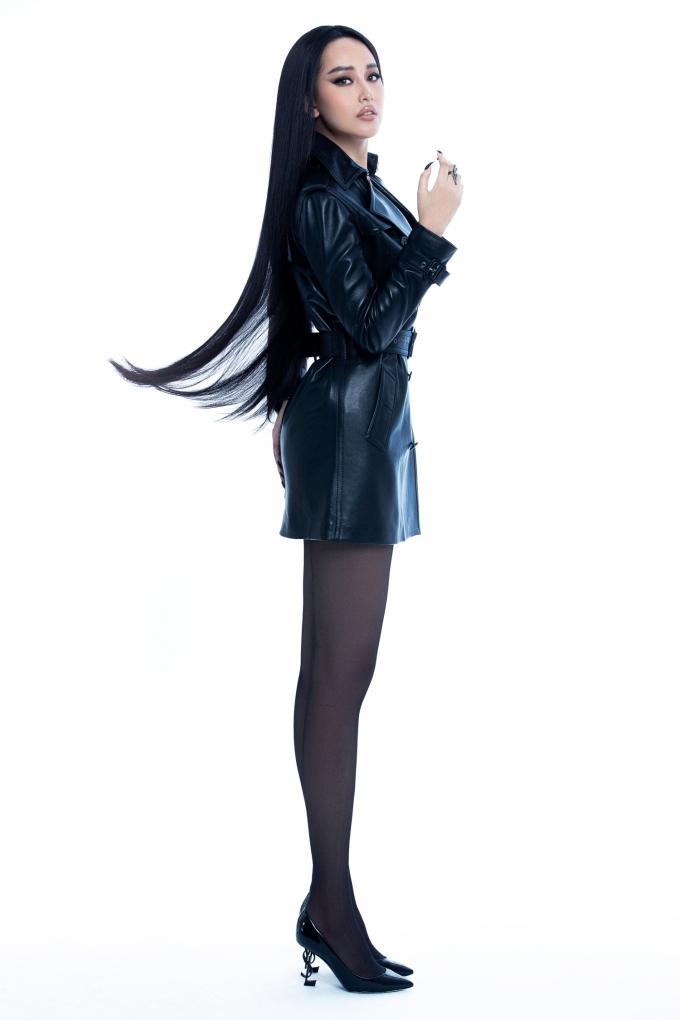 <p> Dù không ít lần bị soi về chuyện cân nặng, trong shoot hình mới, Mai Phương Thúy tự tin khoe vóc dáng. Những thiết kế sử dụng thắt lưng, sắc đen giúp người đẹp che được khuyết điểm cơ thể.</p>