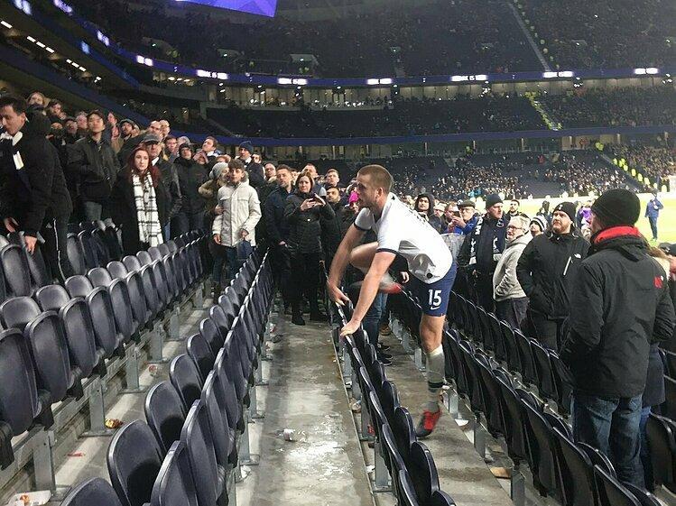 Cầu thủ Tottenham nhảy lên khán đài tẩn CĐV