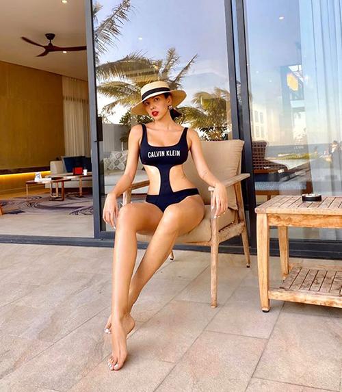Minh Triệu khoe da rám nắng, thân hình săn chắc cùng bộ monokini thể thao của Calvin Klein. Phần khoét rộng hai bên hông giúp siêu mẫu trông càng thêm quyến rũ.
