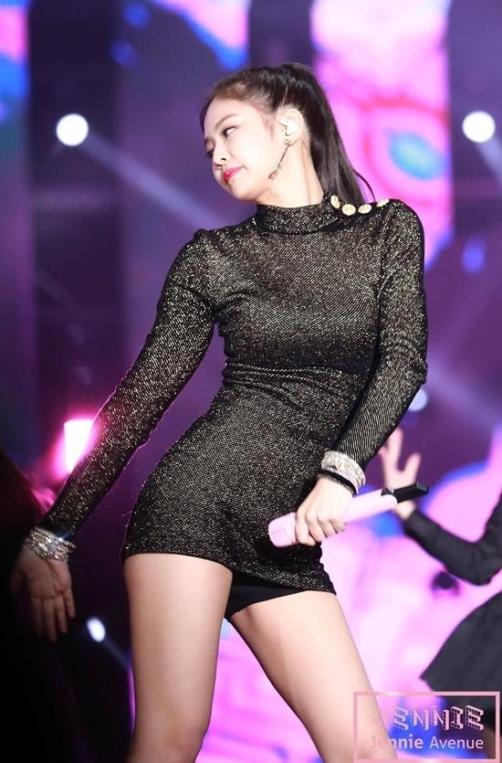 Jennie từng gây bão khi mặc bộ đầm lấp lánh tại lễ trao giải Golden Disc Awards 2018. Body của cô nàng được ca ngợi là không mỡ thừa, vòng nào ra vòng nấy.