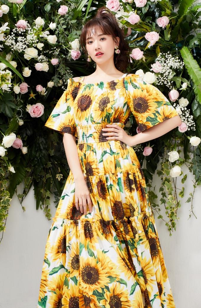 <p> Chiếc váy họa tiết hoa hướng dương tôn lên thần thái rạng rỡ ở Hari Won. Kiểu may nhún ở phần ngực áo bằng chun làm tăng độ co giãn, khiến người mặc thêm thoải mái.</p>