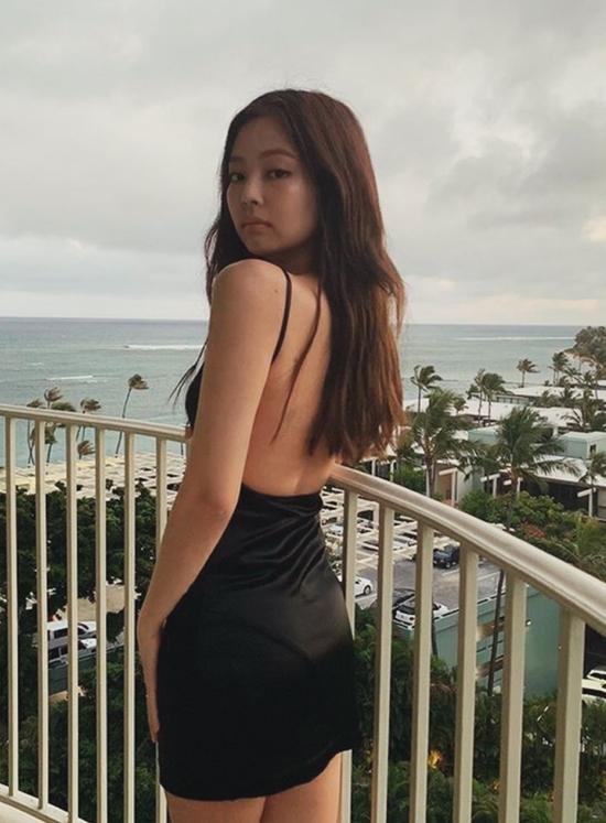 Vòng eo nhỏ nhắn, bờ vai thẳng tắp nữ tính của Jennie là niềm mơ ước đối với nhiều fan girl.