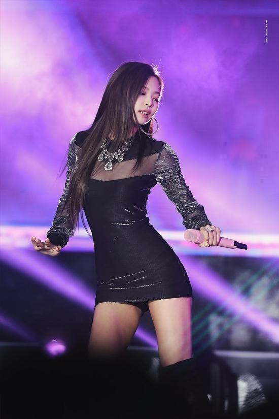 Jennie không có thế mạnh về chiều cao nhưng bù lại cô nàng có vòng eo con kiến, số đo cơ thể cân đối. Cô thường xuyên tỏa sáng trong những trang phục khoe tối đa lợi thế hình thể, đặc biệt là những bộ váy bó sát siêu sexy.