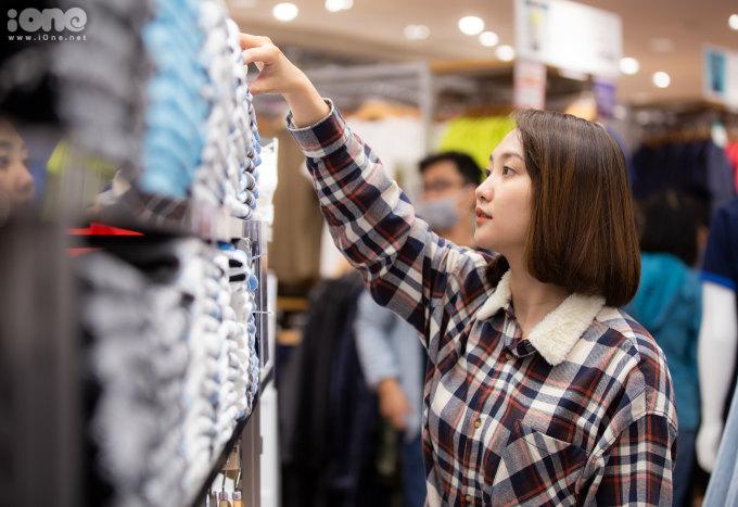 <p> Áo phông UT giá 249 - 399 nghìn đồng là khu vực hấp dẫn với các bạn trẻ. Không ít người mua một lúc cả chục chiếc để mặc và tặng bạn bè.</p>