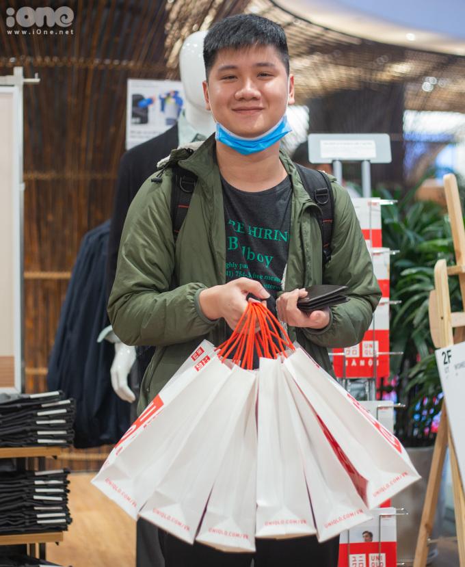 <p> Bạn Việt Long, 21 tuổi, tranh thủ mua quà tặng bạn gái và mẹ.</p>