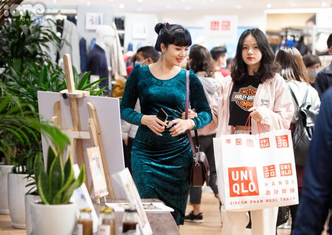 <p> Chị Dương đi mua sắm cùng con gái. Chị cho biết hai mẹ con sắm được tổng cộng 17 món đồ, hết số tiền là 4,8 triệu đồng.</p>