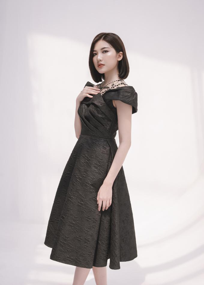 """<p> Sau vai diễn """"tiểu tam"""" trong <em>Hoa hồng trên ngực trái</em>, Lương Thanh rất đắt show event, quảng cáo ở phía Bắc. Từ khi cắt tóc ngắn, nhan sắc và phong cách thời trang của cô ngày càng được khán giả khen ngợi.</p>"""