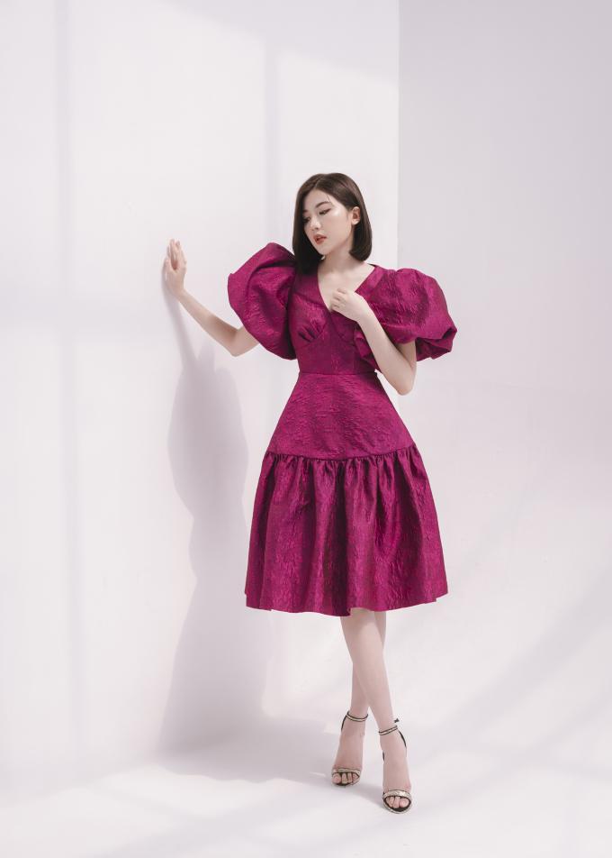 """<p> Hà Duy đã lựa chọn diễn viên Lương Thanh làm """"nàng thơ"""" thể hiện các mẫu váy mới nhất dành cho mùa xuân hè. Theo NTK 8x, ở Lương Thanh toát lên vẻ dịu dàng nhưng vẫn sang trọng, kiêu sa, phù hợp với bộ sưu tập.</p>"""