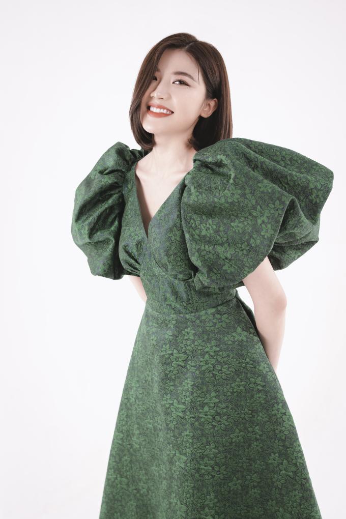 """<p> Chia sẻ về việc làm mẫu ảnh, nàng """"tiểu tam"""" trên màn ảnh nói, cô rất yêu thích các mẫu váy có phom dáng đơn giản nhưng thanh lịch của NTK Hà Duy. Hơn nữa, cô cũng có mối quan hệ thân thiết với NTK 8x ở ngoài đời nên rất vui khi được trở thành """"nàng thơ"""" trong bộ ảnh lần này.</p>"""