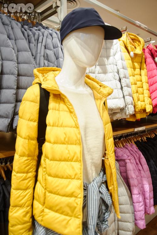 Uniqlo nổi tiếng toàn cầu với mặt hàng áo phao lông vũ siêu nhẹ, có ưu điểm là màu sắc nổi bật, thiết kế đơn giản, chất liệu lông vũ mềm mại và siêu nhẹ, có khả năng giữ ấm tốt mà không cần mặc nhiều lớp áo. Kiểu áo này còn có thể gấp gọn trong một chiếc túi để thuận tiện cho việc di chuyển. Dòng Ultra Light Down có giá bán tại Hà Nội là 1,7 triệu đồng.
