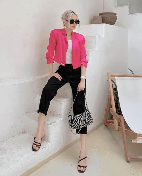 Tông hot pink như Thiều Bảo Trang đang mặc gần đây được nhiều ngôi sao yêu thích. Gam màu nổi bật này rất hợp với làn da trắng, vẻ đẹp cá tính của nữ ca sĩ.