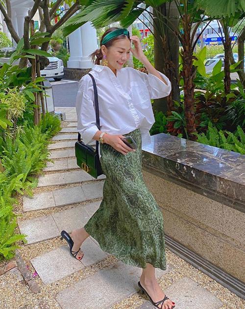 Thay vì diện quần năng động như thường lệ, tuần này Thanh Hằng trông đầy mát mẻ đậm chất hè với set sơ mi, váy voan, mix phụ kiện tông xanh lá.