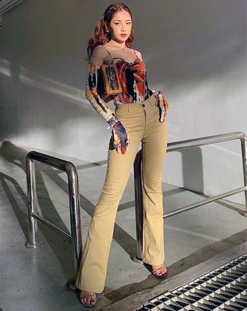 Quần jeans cạp cao giúp Chi Pu có đôi chân dài miên man. Người đẹp kết hợp cùng chiếc áo găng tay rất hợp với ngày hè đầy nắng.