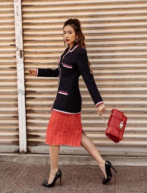 Trang phục tông đỏ đậm chất Gucci mang đến hình ảnh sang chảnh cho Hoàng Thùy Linh.