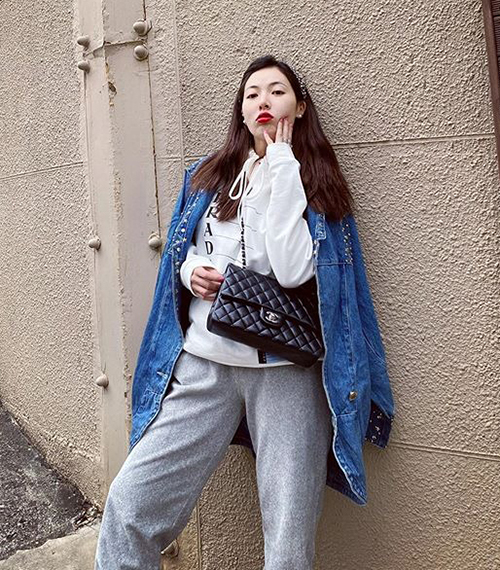 Hyuna mê đeo túi Chanel có giá hơn trăm triệu đồng.