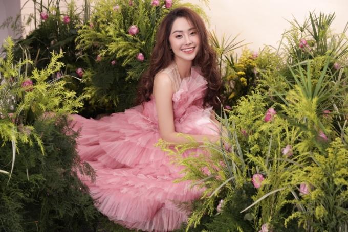 <p> Trong bộ ảnh mới thực hiện, Tường Vi hóa công chúa ngọt ngào.</p>