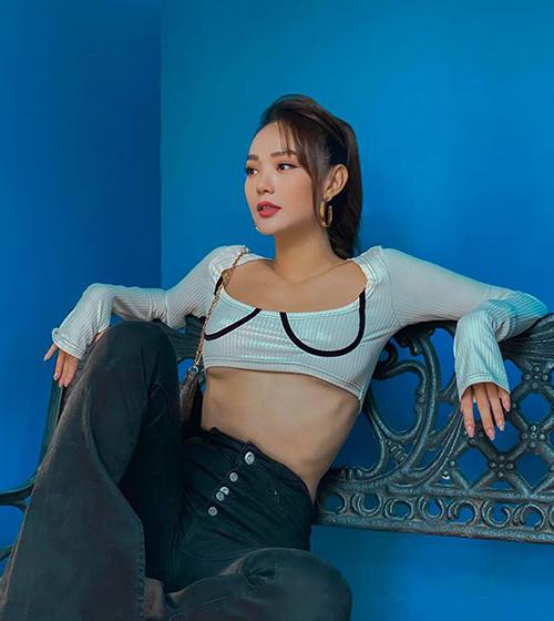 Bộ cánh street style mới của Minh Hằng gây chú ý vì độ táo bạo. Nữ ca sĩ diện chiếc áo ngắn cũn, có chiều dài không đủ một gang tay.