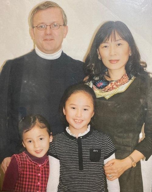 Nancy chia sẻ ảnh gia đình. Hai chị em đều xinh xắn từ bé với vẻ đẹp lai.