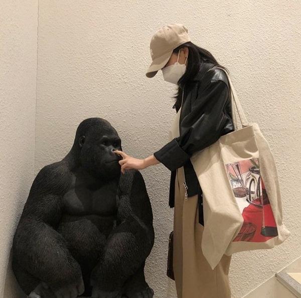 Seul Gi khiến fan thấy vừa buồn cười vừa khó hiểu khi... chọc mũi bức tượng tinh tinh.