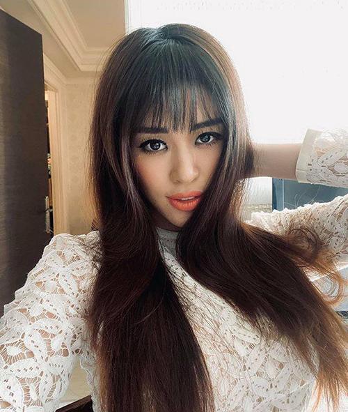 Để làm mới diện mạo, Khánh Vân mới đây cắt tóc mái thưa. Đây vốn là kiểu tóc thịnh hành giúp các cô gái thêm trẻ trung, năng động. Tuy nhiên với Hoa hậu Hoàn vũ Việt Nam 2019, mái tóc mới toanh không mang lại hiệu quả tương tự. Cô bị nhiều người chê già hơn so với tuổi.