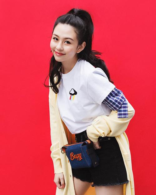 Ngoài người mẫu tạp chí, Thẩm Nguyệt cũng nhận lời làm mẫu cho một số thương hiệu thời trang và có cách tạo dáng trẻ trung, năng động.