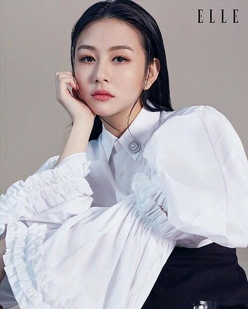 Không phải là tên tuổi đình đám nhưng nhờ vẻ xinh đẹp và sức ảnh hưởng của cha mẹ, Thẩm Nguyệt nhanh chóng có chỗ đứng trong giới thời trang sau khi gia nhập. Cô thậm chí còn được lên trang bìa của Elle ấn bản Hong Kong.