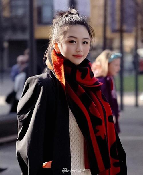 Sở hữu gương mặt xinh đẹp được thừa hưởng từ mẹ với làn da trắng, đôi mắt to tròn như búp bê, Thẩm Nguyệt được săn đón không kém các ngôi sao.