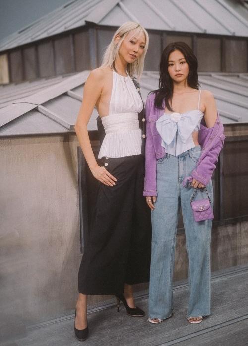 Park Soo Joo (trái) và Jennie trong show diễn của Chanel.