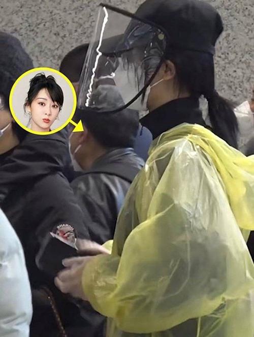 Mới đây, nữ diễn viên Trung Quốc Dương Tử ra sân bay với bộ cánh phòng dịch từ đầu đến chân. Cô mặc áo mưa kín mít, tuy nhiên gây chú ý hơn cả là chiếc mũ với phần vành bằng nhựa trong, giúp cô bảo vệ bản thân ở nơi đông người, giữa bối cảnh Covid-19 đang lan rộng.