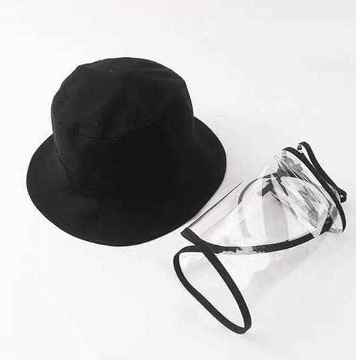 Một set mũ phòng dịch gồm mũ dáng bucket hợp mốt, đi kèm là miếng nhựa trong rời có thể gắn vào, tháo ra để làm sạch. Mục đích của miếng nhựa trong này là để hạn chế nước bọt của người đối diện bắn vào mặt khi nói chuyện.