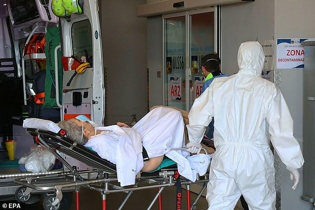Nhân viên y tế chăm sóc bệnh nhân tại một bệnh viện ở Schiavonia miền bắc Italy. Ảnh: EPA.
