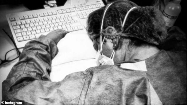 Một y tá ở Cremona ngủ gục trên bàn làm việc.