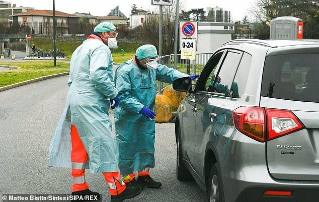 Nhân viên y tế tại một trạm kiểm soát ở Brescia. Ảnh: REX.
