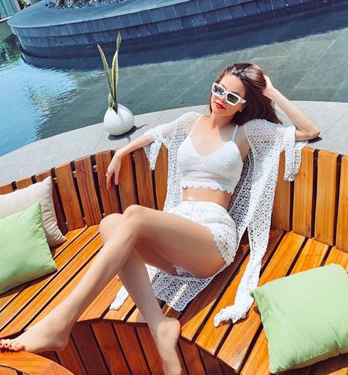 Cách mặc áo choàng ren nửa kín nửa hở của Hà Hồ được nhiều cô gái yêu thích và học hỏi.