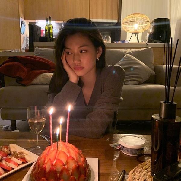 Kim Do Yeon tận hưởng bữa tiệc nhỏ trong ánh nến.