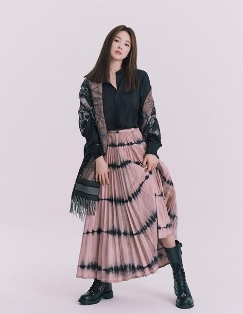 Song Hye Kyo xinh đẹp, trẻ trung trên tạp chí Bazaar phiên bản Thái.