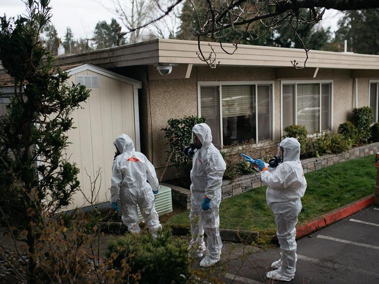 Những người dọn dẹp mặc đồ bảo hộ tại viện dưỡng lãoLife Care Center ở thành phố Kirkland - nơi ghi nhận nhiều ca nhiễm nCoV. Ảnh: New York Times.
