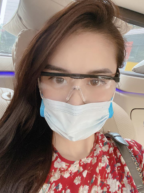 Nhiều người đẹp Việt cũng khoe bắt mốt kiểu kính độc đáo này. Hà Lade tiết lộ cặp kính của cô có giá 40k/chiếc. Trên thị trường, loại kính này được bán trong khoảng 40-60k.